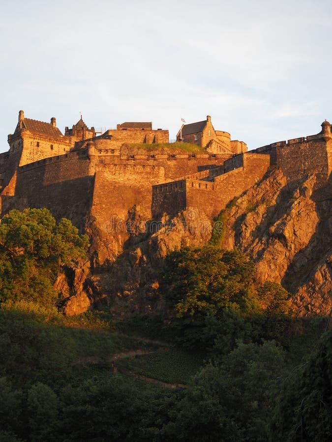 Edinburgh-Schloss am Sonnenuntergang lizenzfreie stockfotos