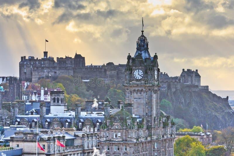 Edinburgh-Schloss und Balmoral-Glockenturm stockfotografie