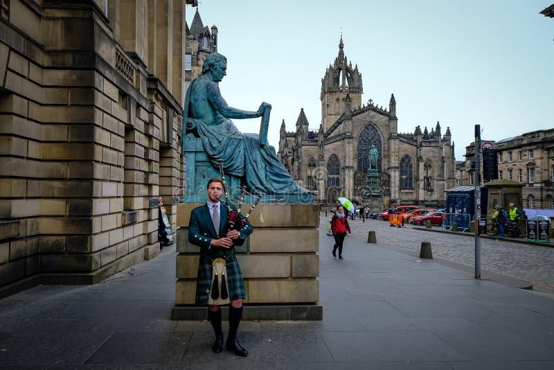 Edinburgh, Schotland - April 27, 2017: Doedelzakspeler die met traditionele Schotse Hooglanderrobes op Koninklijk spelen stock fotografie