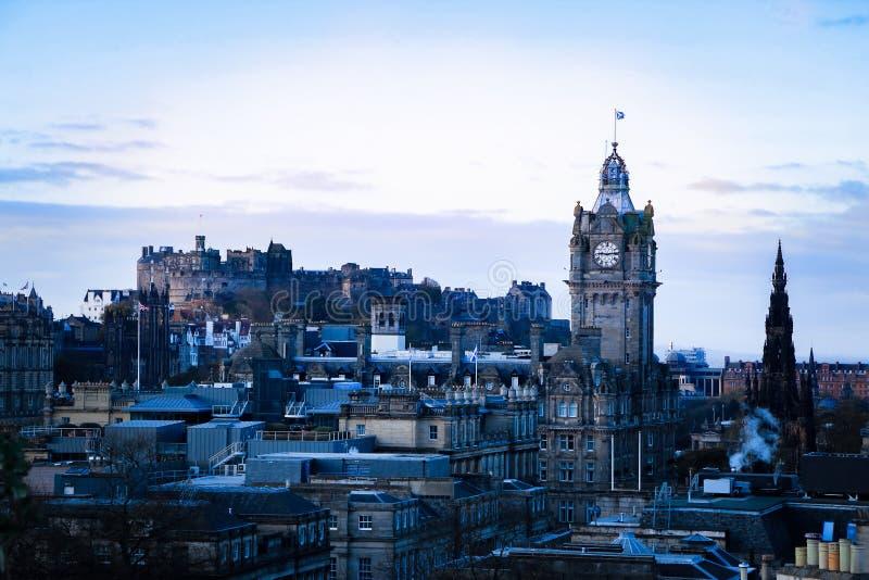 Edinburgh, Schotland Cityscape mening van Calton-Heuvel die het oude stad, klokketoren en kasteel van Edinburgh zien stock afbeeldingen