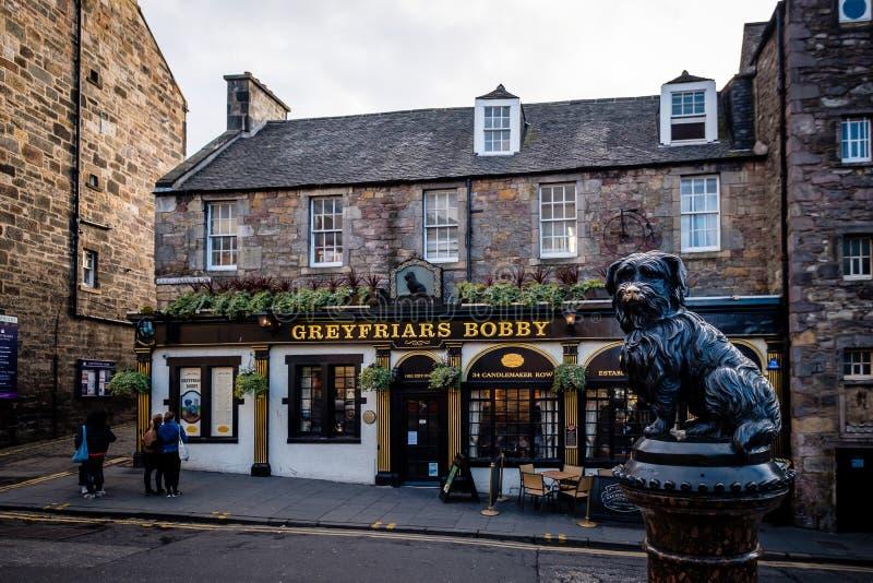 Edinburgh, Schottland - 27. April 2017: Eine Statue von Greyfriars Bobby außerhalb des Gasthauses Greyfriars in Edinburgh lizenzfreie stockbilder