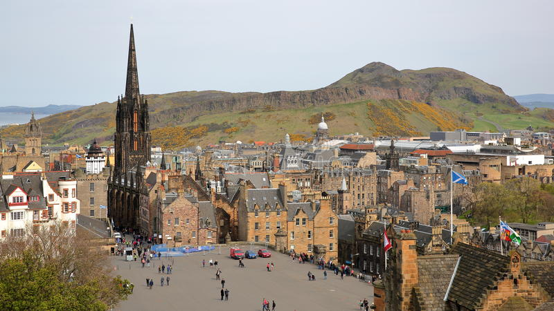 EDINBURGH, SCHOTTLAND - 6. MAI 2016: Allgemeine Ansicht von Edinburgh von Edinburgh-Schloss mit Holyrood Park und Arthur-` s Seat lizenzfreies stockfoto