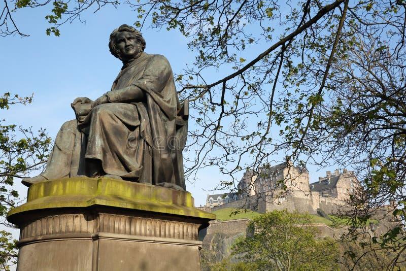 EDINBURGH, SCOTLANDÂ: Die Statue von James Young Simpson mit dem Edinburgh-Schloss im Hintergrund lizenzfreies stockbild