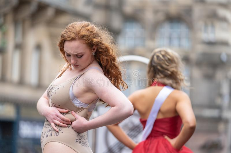 Edinburgh, Scotland, UK. 18th August, 2019. A performer on The Royal Mile promoting the show Beauty Is Pain at Paradise In The. Vault venue 29 during the royalty free stock photos