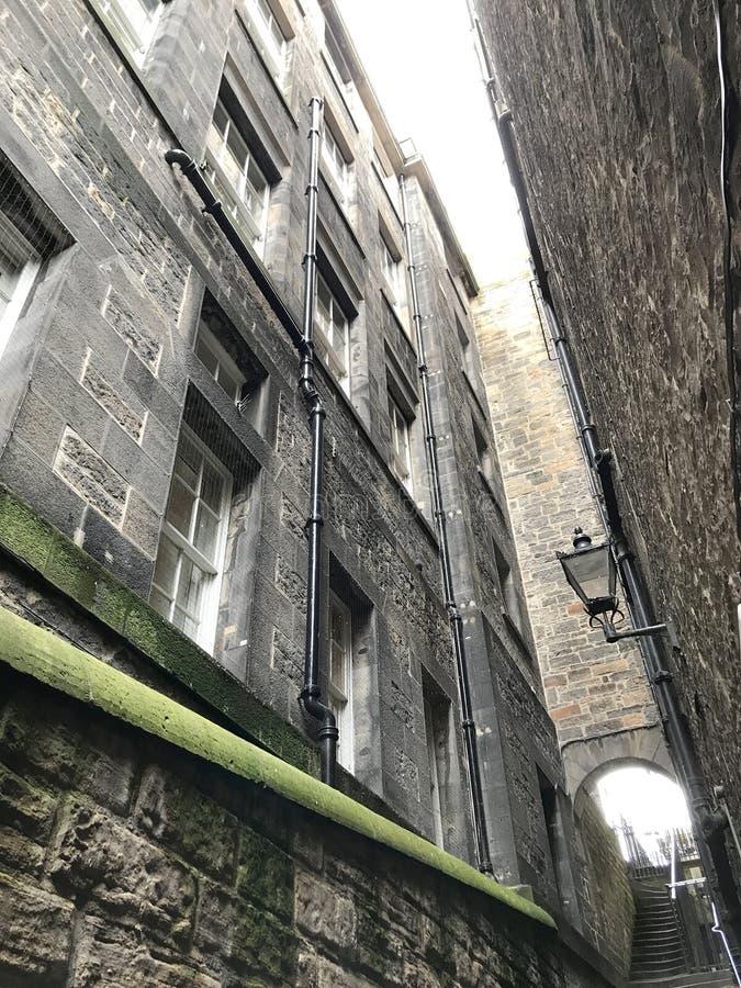 EDINGURGH, SCOTLAND/UNITED KINGDOM – AUGUST 11, 2017: Miedieval street and buildings in Edingburgh, Capital of Scotland, Un. EDINBURGH, SCOTLAND stock image