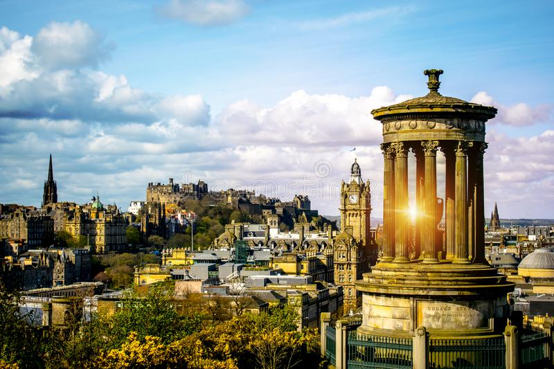 Edinburgh-Skyline, wie von Monument Calton-Hügel-Edinburghs Dugald Stewart mit Edinburgh-Schloss gesehen lizenzfreies stockbild