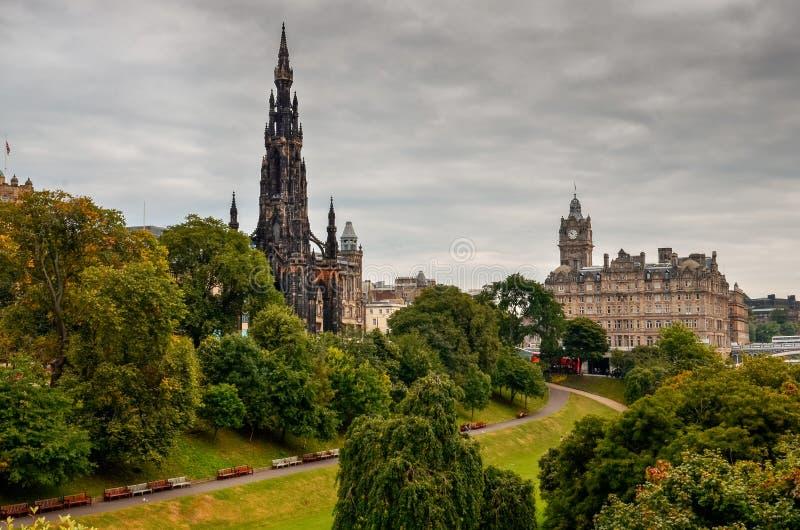 Edinburgh-Stadt mit Kathedralenturm und einem Park, Schottland stockfotos
