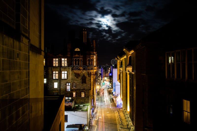 Edinburgh, Vereinigtes Königreich - 12/04/2017: Eine Nachtansicht des Lichtes tr lizenzfreie stockfotografie