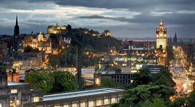 Edinburghorisontbyggande och slott från den Calton kullen på skymning arkivbild