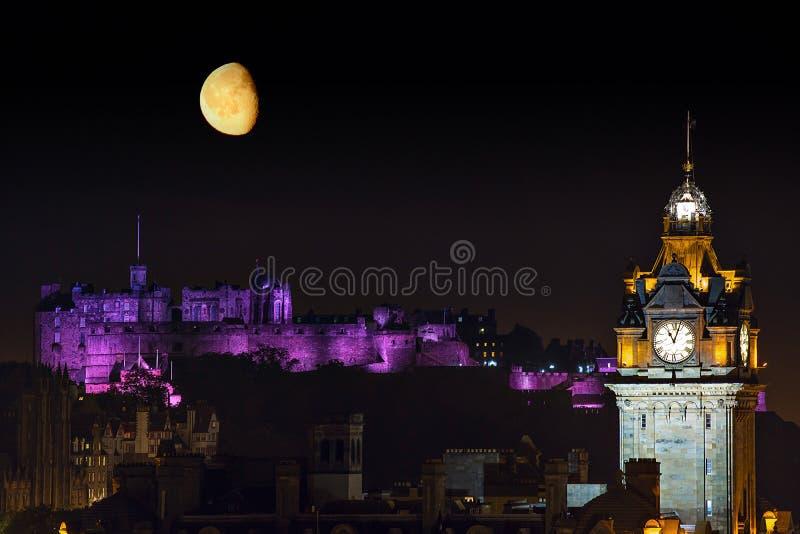 EdinburgnattCityscape med månen royaltyfri foto
