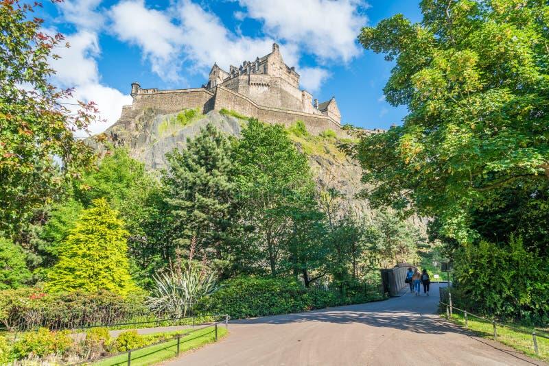 Edinburgslott i en sommareftermiddag som sett från prinsgataträdgårdar, Skottland royaltyfri fotografi