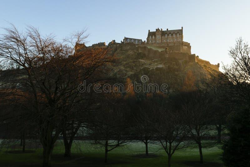 Edinburgslott i morgonsolljus royaltyfri bild