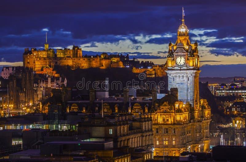 Edinburgslott och det Balmoral hotellet i Skottland arkivbilder