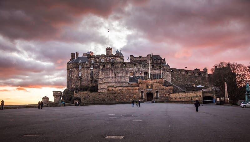 Edinburgslott på skymningljus royaltyfria foton