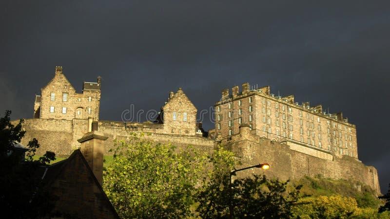 Edinburgslott som skiner för skymning royaltyfri foto