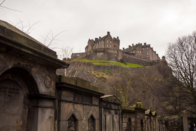 Edinburgslottsikt från gammal kyrkogård arkivbilder