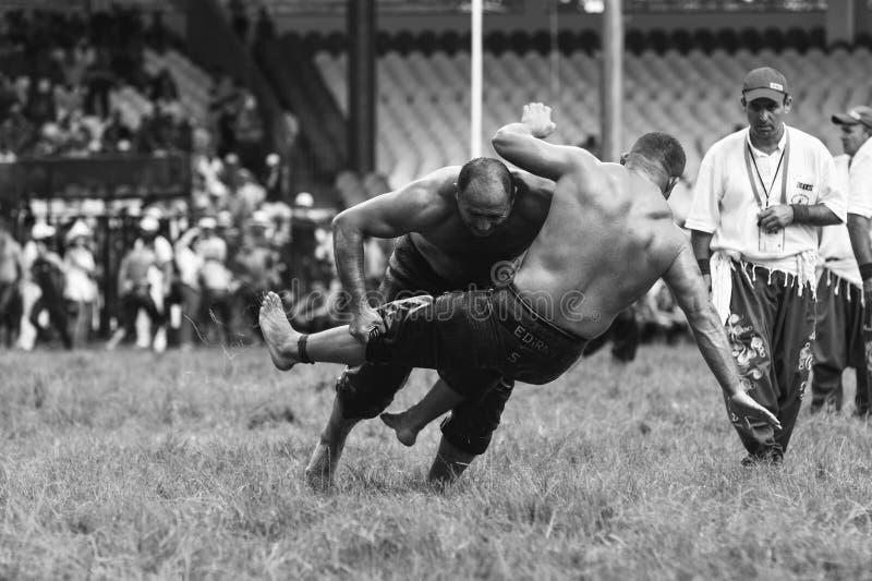 EDIRNE, DIE TÜRKEI - 6. JULI 2013: Ringkämpfer türkisches pehlivan am Wettbewerb in traditionellem Kirkpinar-Ringkampf Kırkpına lizenzfreie stockfotografie