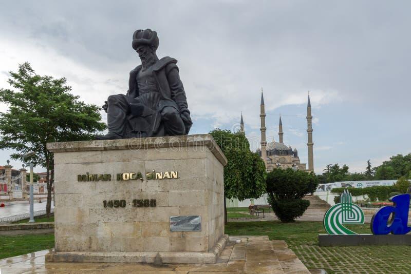 EDIRNE, TURQUIA - 26 DE MAIO DE 2018: Monumento do arquiteto Mimar Sinan do otomano e da mesquita de Selimiye na cidade de Edirne imagem de stock royalty free