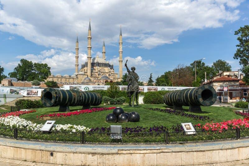 EDIRNE, TURQUIA - 26 DE MAIO DE 2018: Monumento do otomano Sultan Mehmed II com o canhão medieval na cidade de Edirne, Thrace do  fotografia de stock royalty free