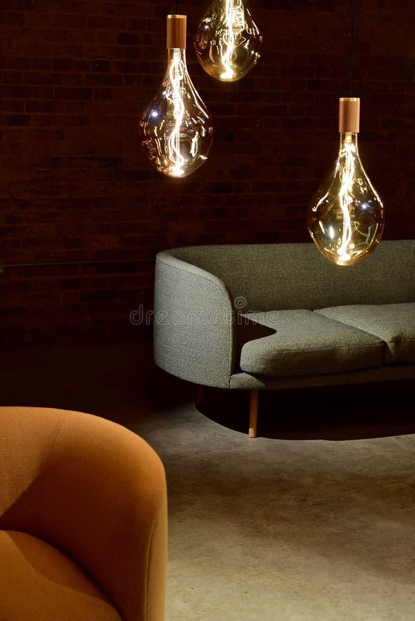 Τρεις λάμπες φωτός του Edison εκτός από τον καναπέ στοκ φωτογραφίες