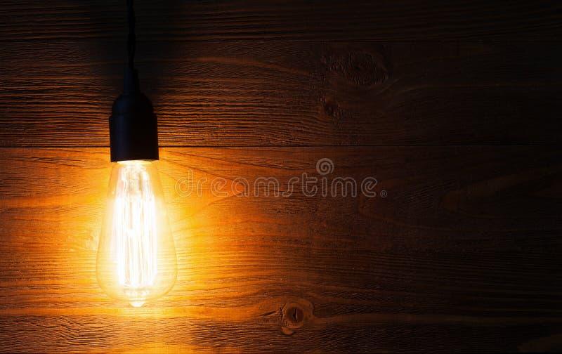 Edison ljus kula på träbakgrund arkivbild
