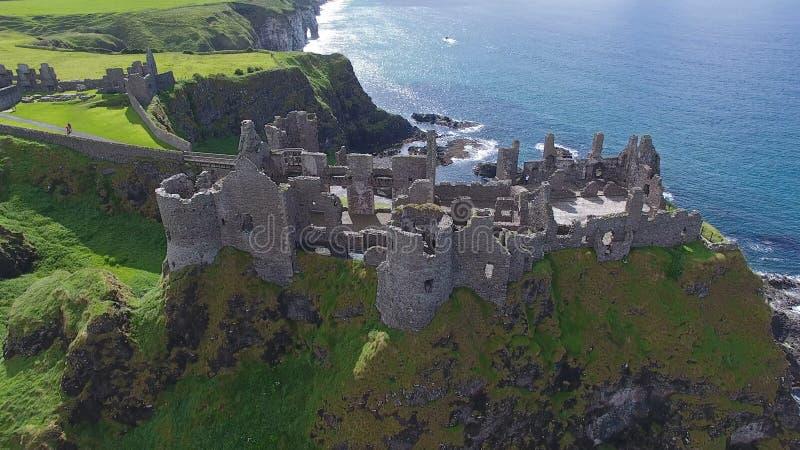 editor's文本的Dunluce城堡Co安特里姆北爱尔兰蓝色海背景 免版税库存图片