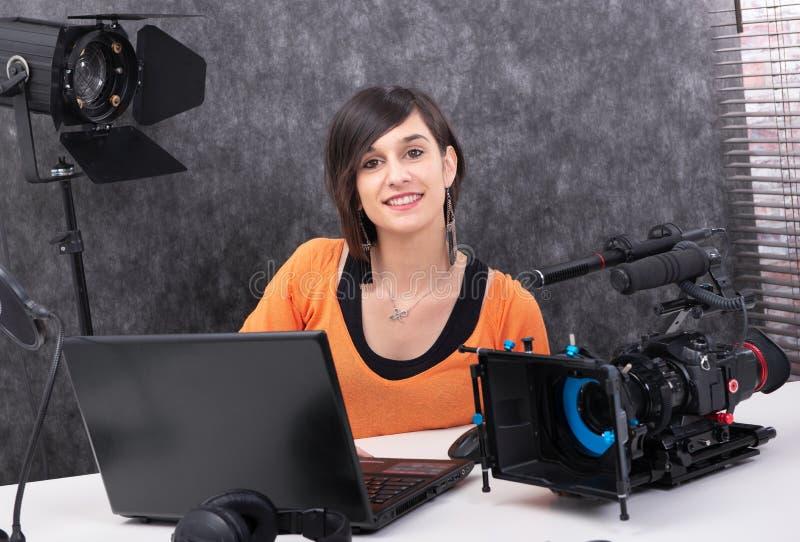 Editor de v?deo de la mujer joven que trabaja en estudio fotos de archivo libres de regalías