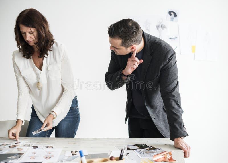 Editore di rivista che seleziona insieme i modelli immagine stock