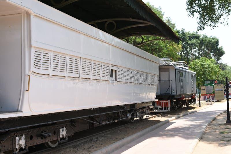 Editorial: 16 de mayo de 2015: Nueva Deli, la India, museo nacional del carril: El museo recibe los motores y las cabinas del car fotos de archivo