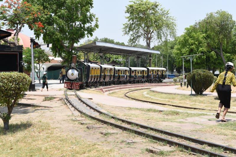 Editorial: 16 de mayo de 2015: Nueva Deli, la India, museo nacional del carril: Tren del juguete en el museo, recibe los motores  foto de archivo