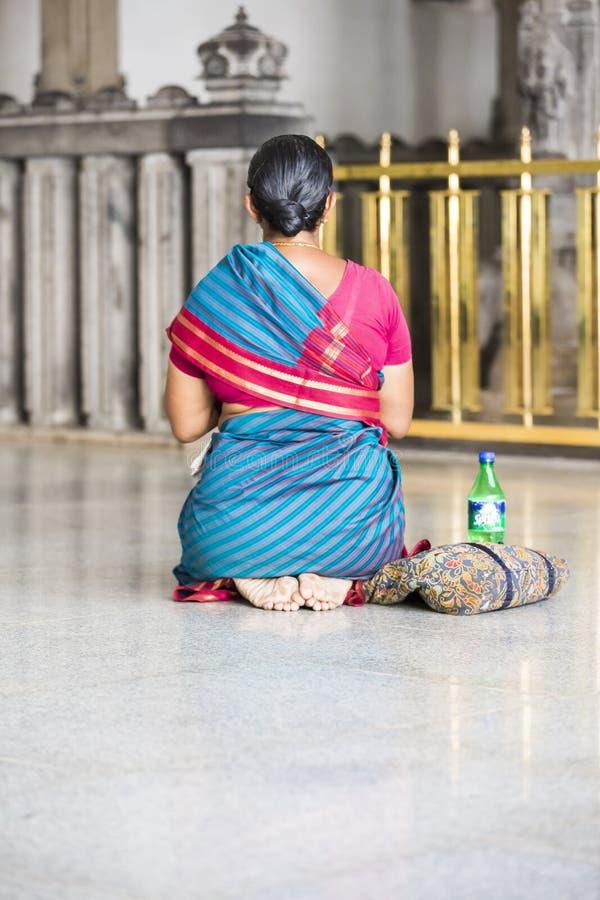 Editorial documental Ashram de Sri Ramana Maharshi, Tiruvannamalai, Tamil Nadu, la India - marzo circa, 2018 Mujer no identificad imágenes de archivo libres de regalías