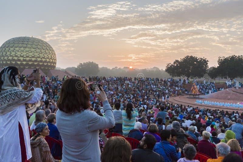 Editorial documental AUROVILLE, TAMIL NADU, la INDIA - 28 de febrero de 2018 Meditación colectiva con el ` s 50 YE de Auroville d fotografía de archivo