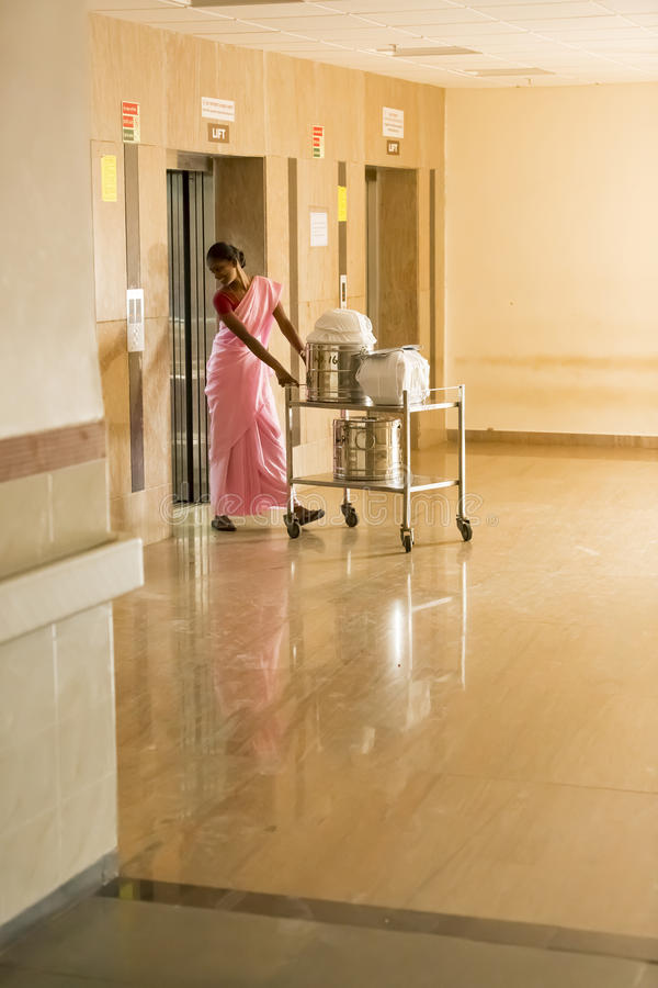 Editorial documental Hospital de Pondicherry Jipmer, la India - 1 de junio de 2014 Documental lleno sobre paciente y su familia D imagen de archivo