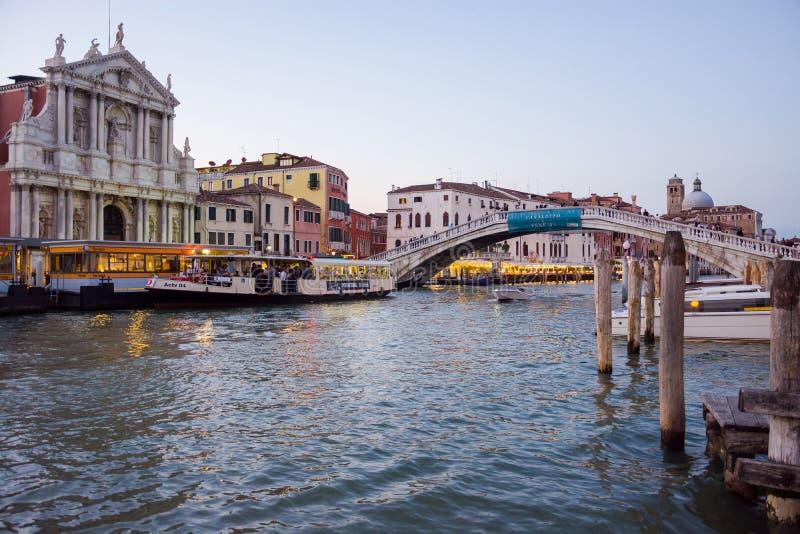 editorial En mayo de 2019 Venecia, Italia Grand Canal, iglesia de Venecia Italia Scalzi del taxi del agua o vaporetto cerca de la imagenes de archivo