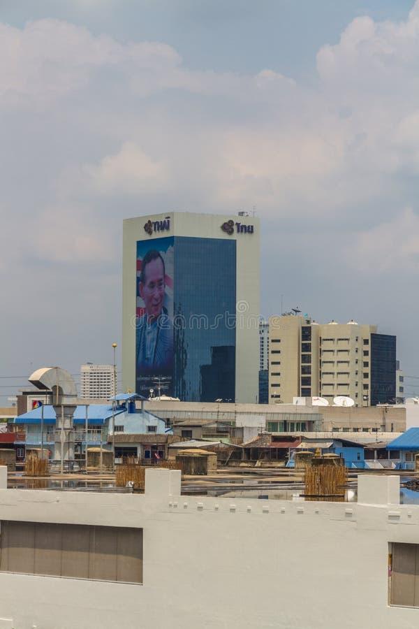 Editorial, horizonte de Bangkok, con Maha Vajiralongkorn, rey de imágenes de archivo libres de regalías