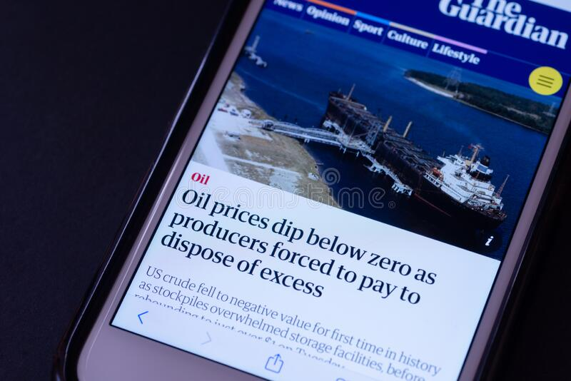 EDITORIAL ILUSTRATIVO - CIRCA ABRIL 2020 : Screengrab de um iPhone da Apple sobre notícias sobre queda do preço do petróleo bruto foto de stock royalty free