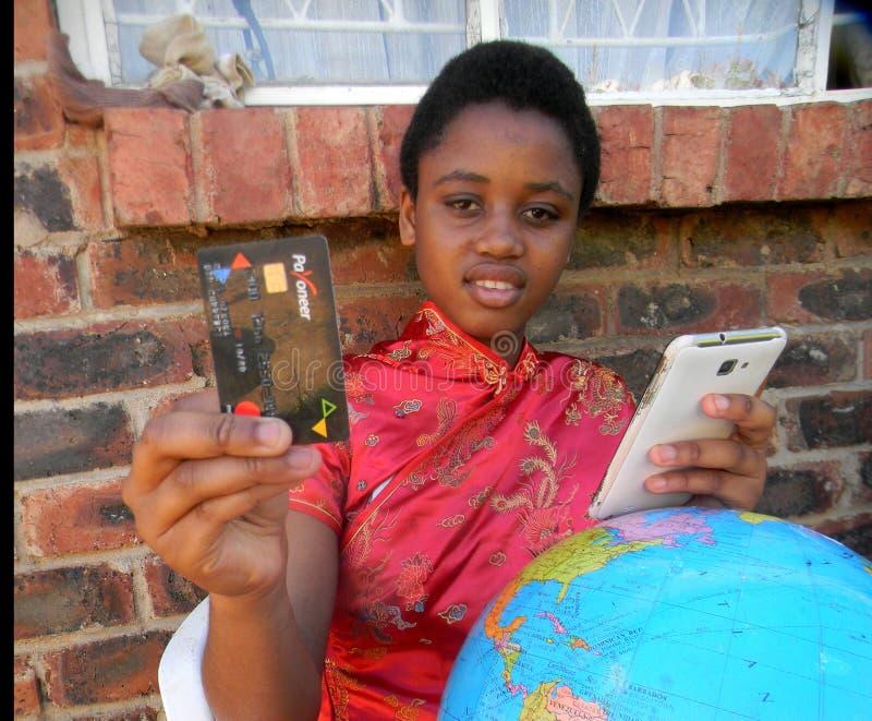 Editorial ilustrativo da menina que indica o cartão de Payoneer, cellphon fotos de stock