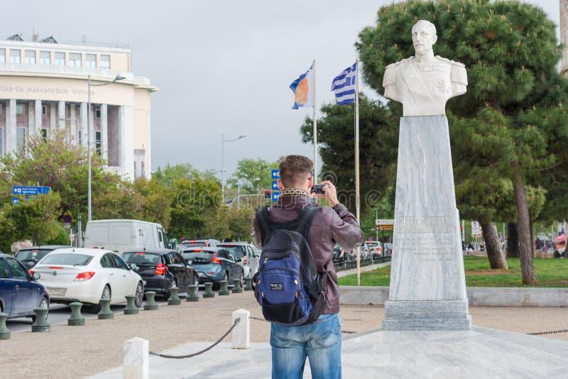 editorial Kwiecie? 2019 greece Thessaloniki M?ody przystojny m??czyzna w okularach przeciws?onecznych, turysta, z plecakiem bierz zdjęcie royalty free