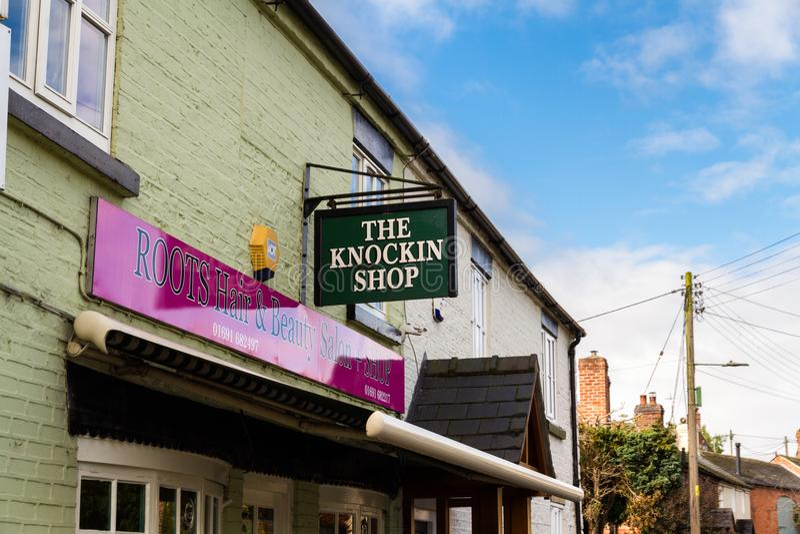 Editorial: Muestra para el retruécano de la tienda de Knockin de golpear la tienda fotos de archivo