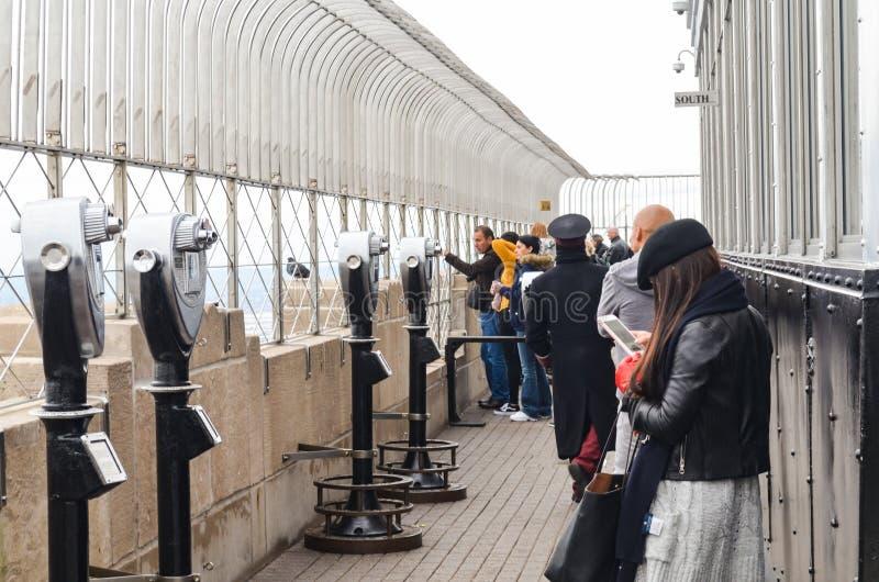 Editorial: New York City, Nueva York/los E.E.U.U., el 7 de noviembre de 2017 Gente en la opinión urbana del tejado de los rascaci fotografía de archivo libre de regalías