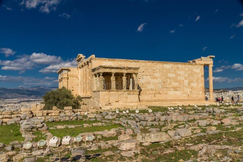 Editorial, templo de Erechtheion com o patamar das cariátides na acrópole em Atenas imagem de stock royalty free
