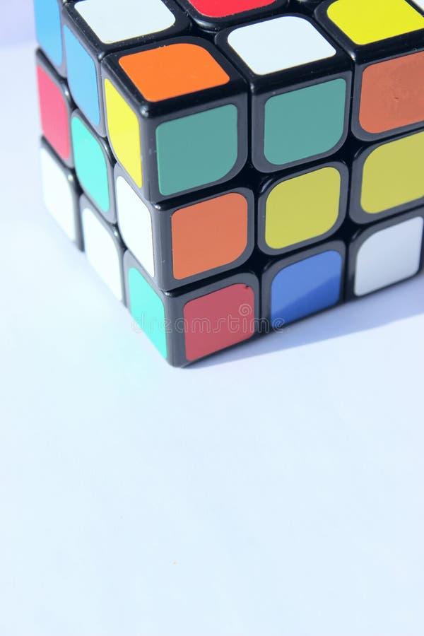 editorial UCRANIA, KHARKOV, EL 5 DE MAYO DE 2019 Tiro cosechado del cubo de un Rubik sobre fondo azul claro imagen de archivo libre de regalías