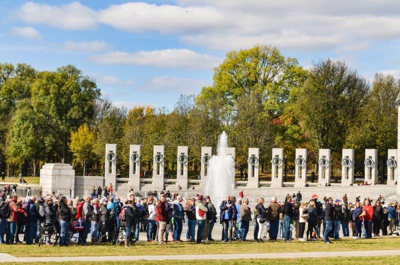 Editorial: Washington DC, los E.E.U.U. - 10 de noviembre de 2017 Gente en monumento de la Segunda Guerra Mundial en el Washington fotos de archivo