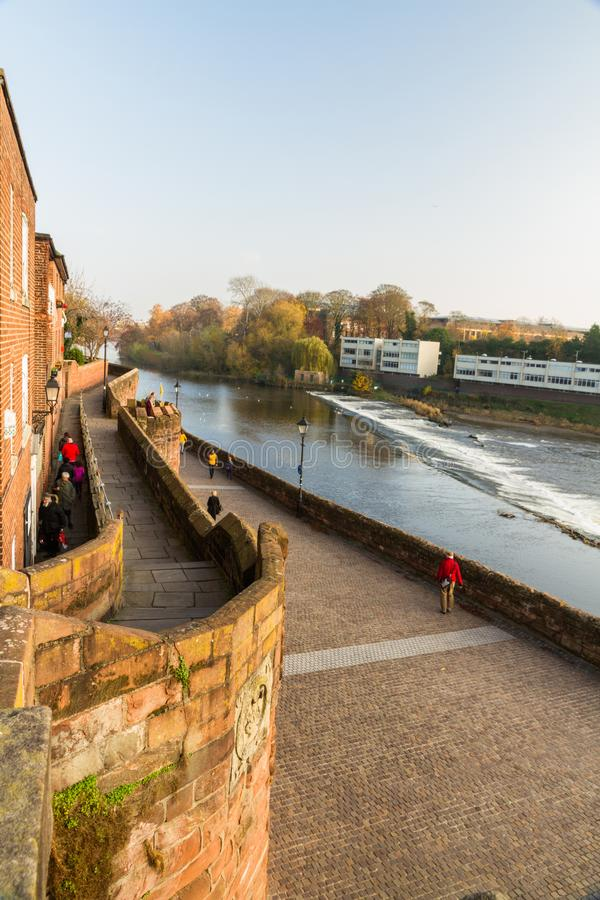 Editoriale, Chester City Wall con il fiume Dee, ritratto immagini stock libere da diritti
