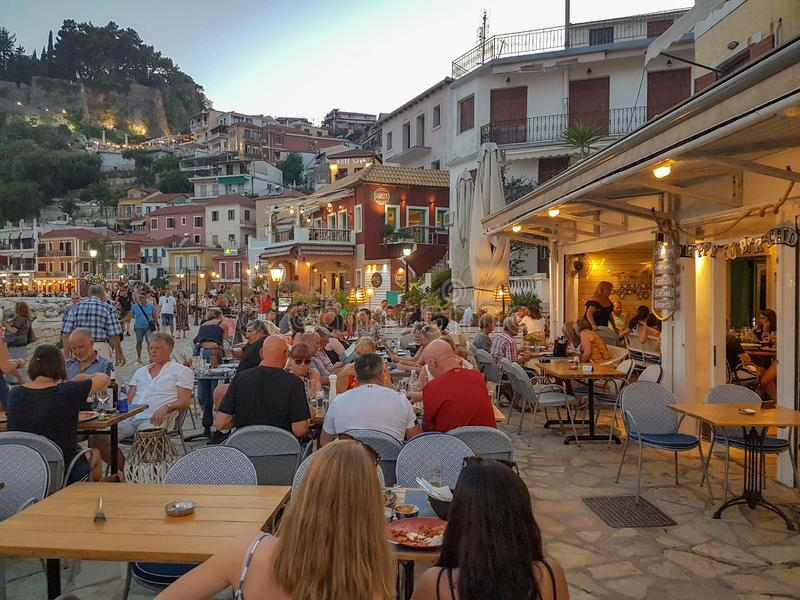 EDITORIALE: CITTÀ di PARGA, città di parga della GRECIA, IL 5 LUGLIO 2019 nella gente del nigth che cammina e che mangia nel gree fotografia stock libera da diritti