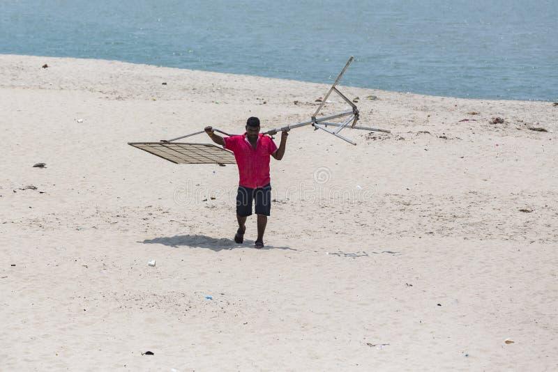 Editoriale documentario DANUSHKODI, ISOLA di PAMBAN, TAMIL NADU, INDIA - marzo circa, 2018 Uomini non identificati sulla spiaggia fotografia stock