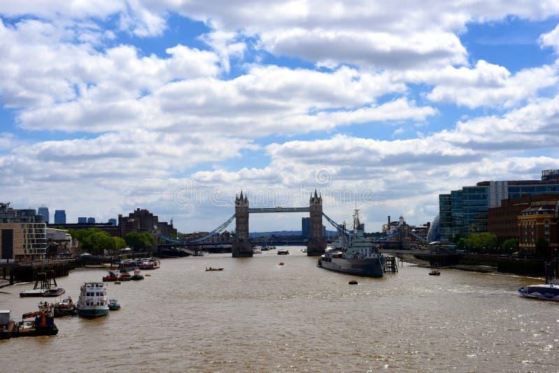 Editoriale: 21 giugno 2015, Londra, Regno Unito, ponte della torre con il cielo blu e nuvoloso ed i turisti che godono del ponte  fotografia stock libera da diritti