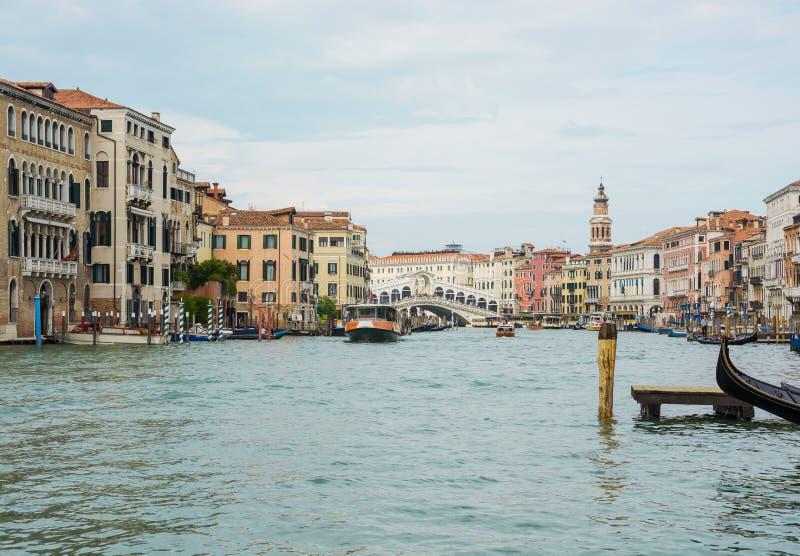 editoriale Maggio 2019 Venezia, Italia Vista di Grand Canal e del ponte di Rialto a Venezia fotografia stock libera da diritti