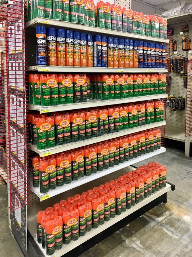 EDITORIALE: Varie cose repellenti di insetto da vendere ad un rivenditore dell'azienda agricola e del giardino di Illinois fotografie stock libere da diritti