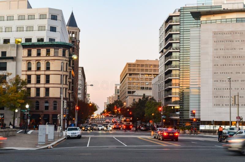 Editoriale: Washington DC, U.S.A. - 10 novembre 2017 La gente nella città del Washington DC nella sera immagine stock libera da diritti